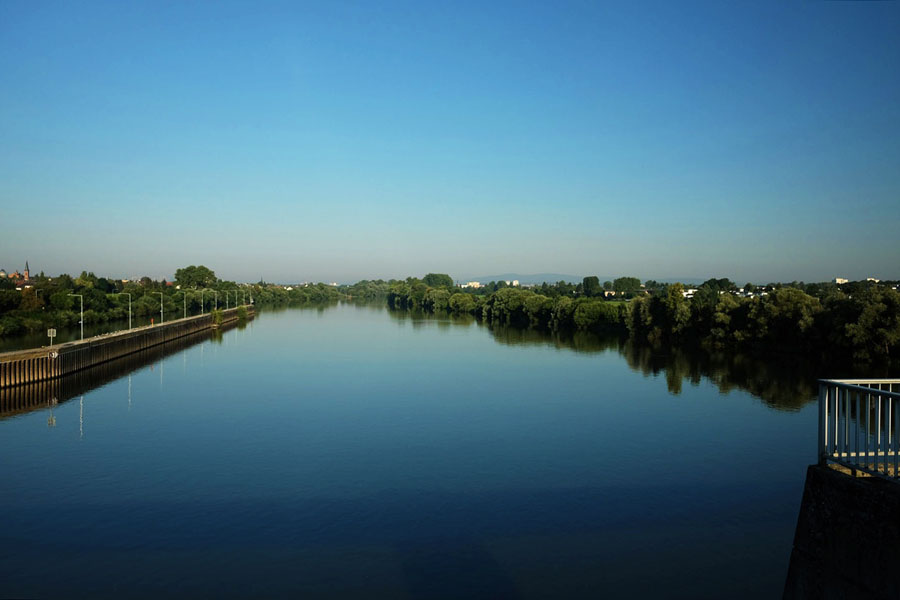 BahnRadweg Hessen: View over a river near Hanau.