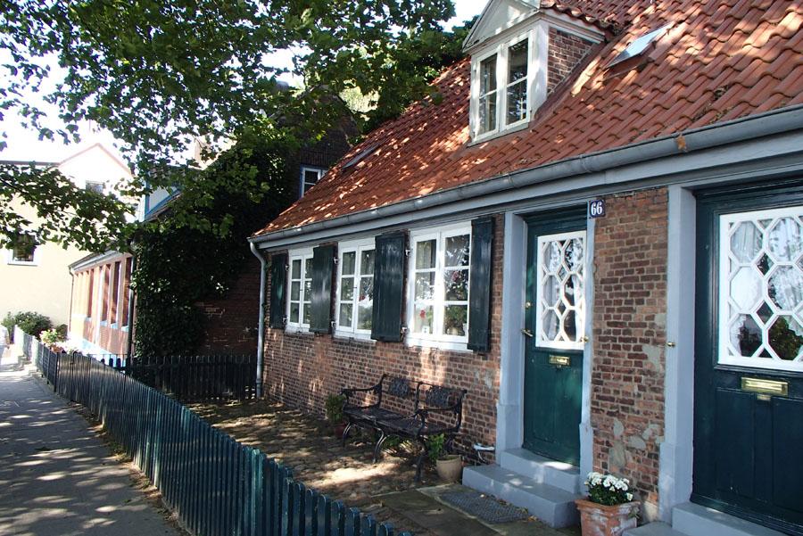 A walk along Hamburg's rivershore and cute little houses